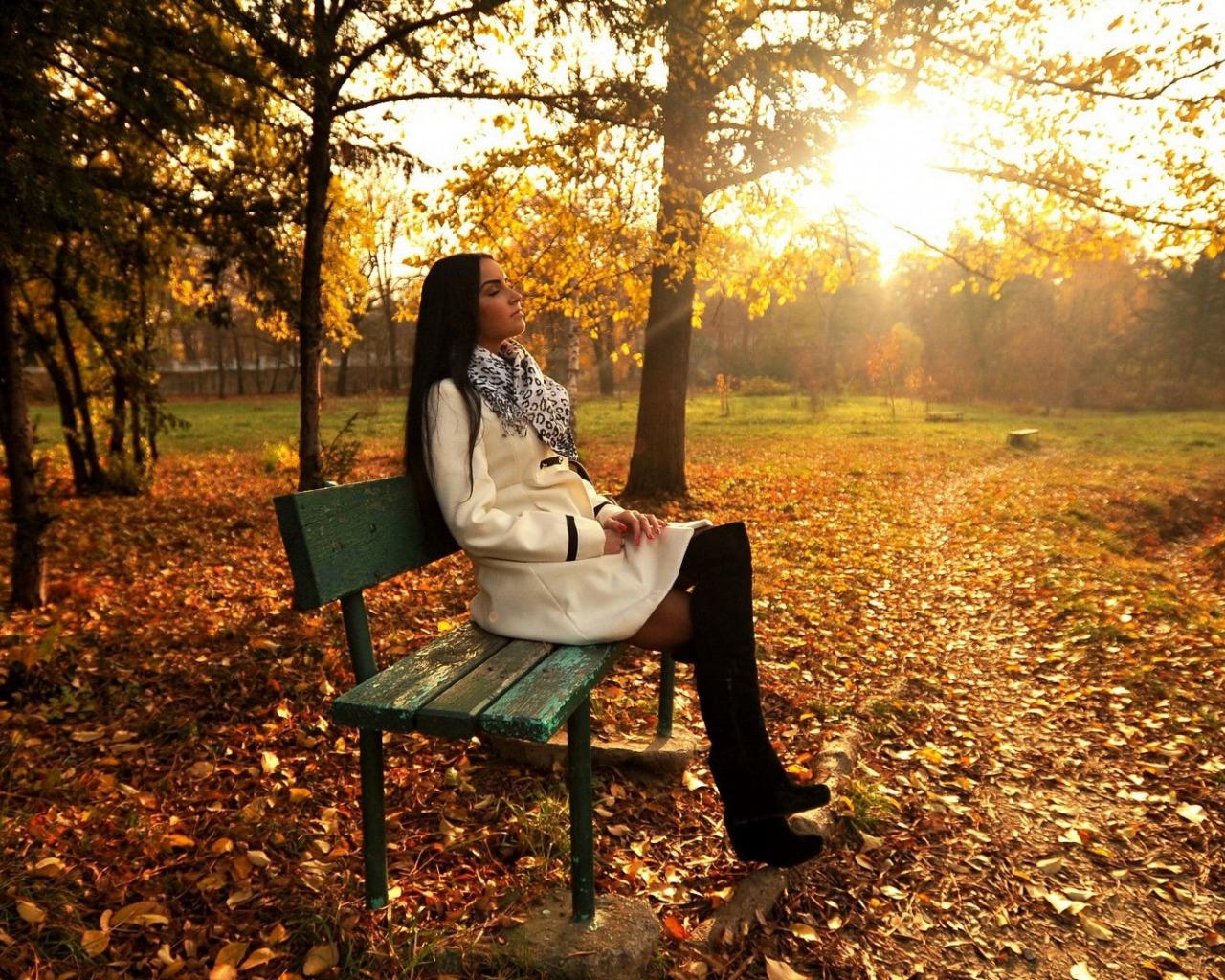 Фото девушка осенью в парке со спины