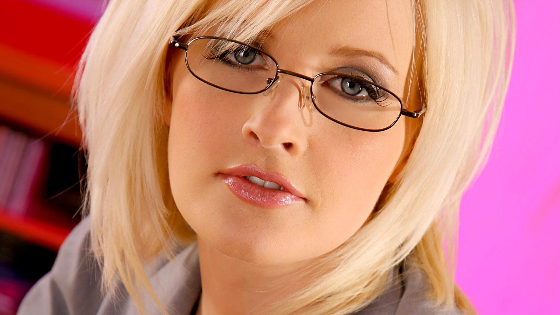 Фото лица девушек блондинок в очках