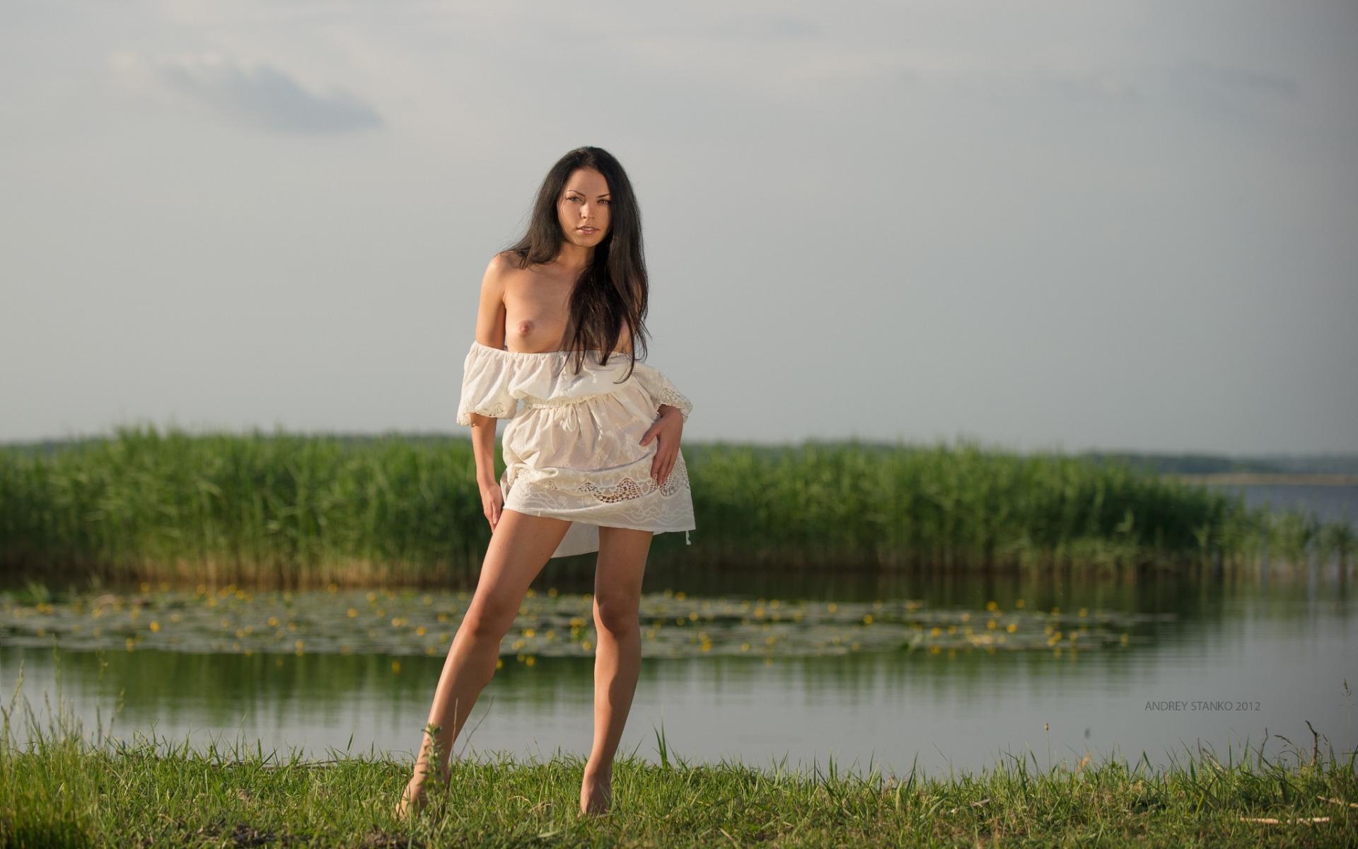 Хрупкая брюнетка прогуливается голышом возле озера  152885