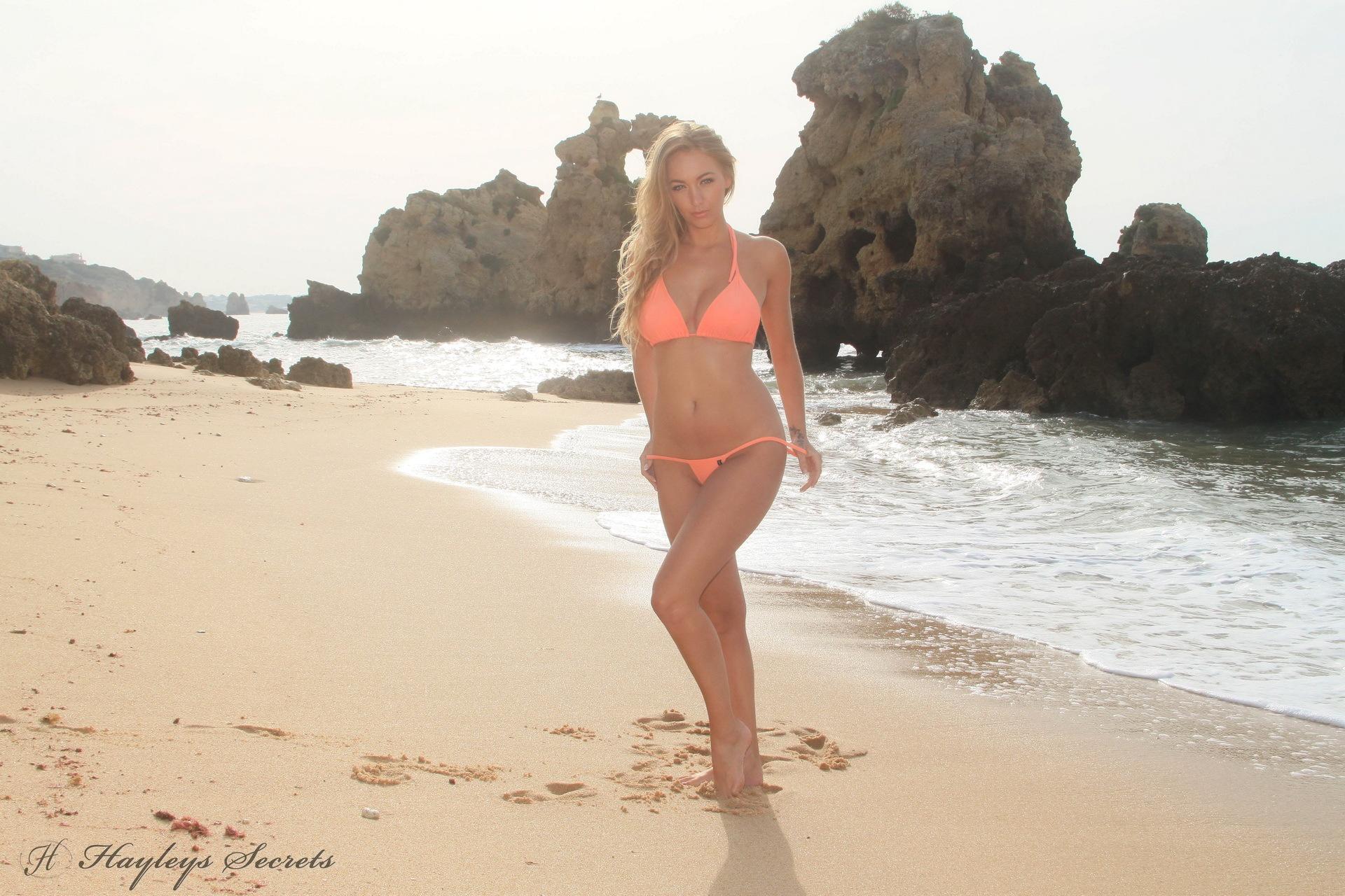 Natural blonde Hayley Marie Coppin strips off her bikini on a sandy beach № 271851 бесплатно
