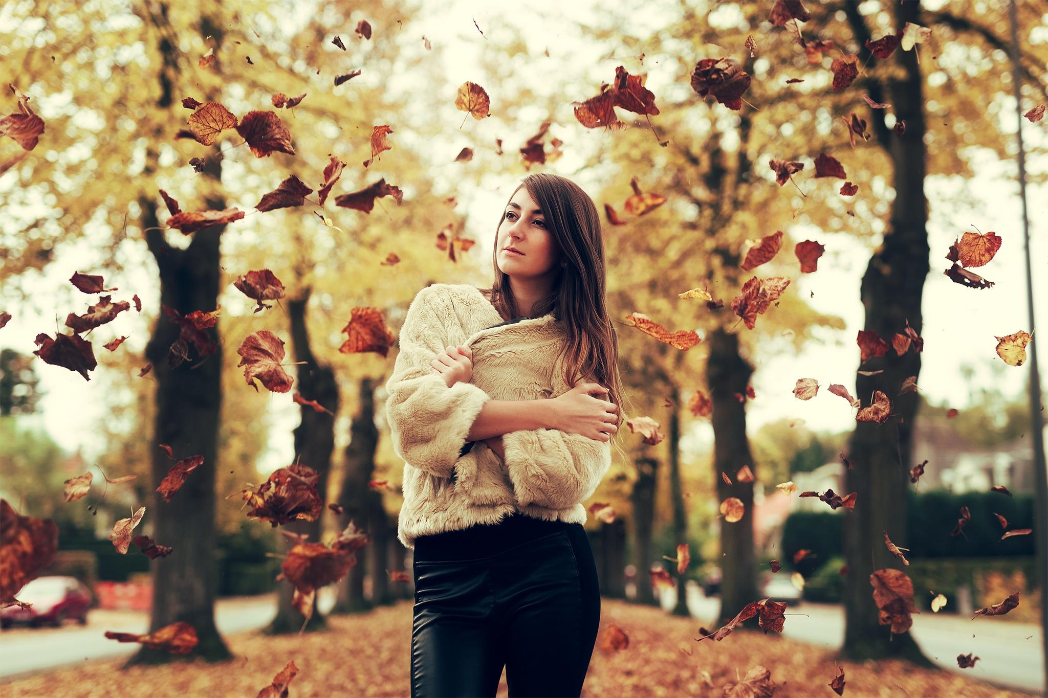 Открытки своими, картинки девушка осенью в листьях