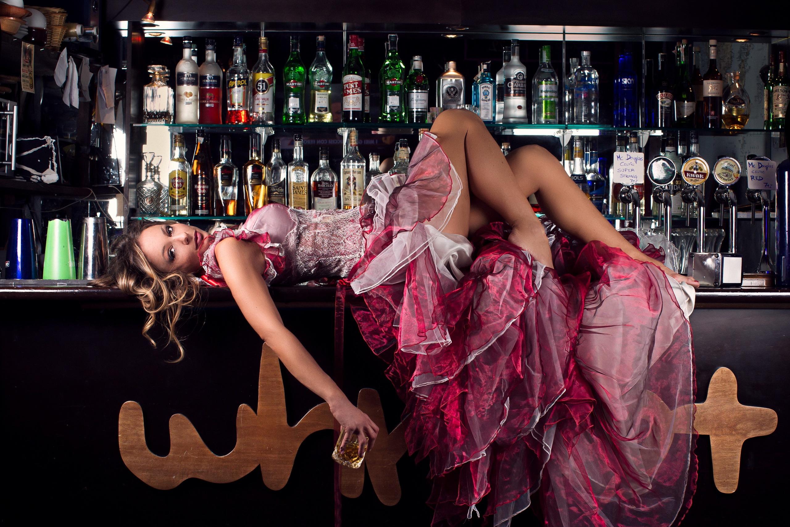 Девушка танцует на барной стойке с негром фото — pic 15