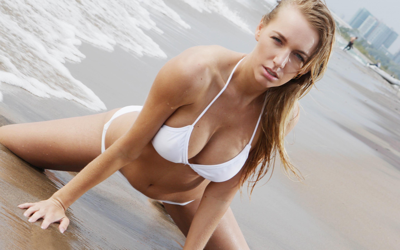 Natural blonde Hayley Marie Coppin strips off her bikini on a sandy beach № 271811 бесплатно