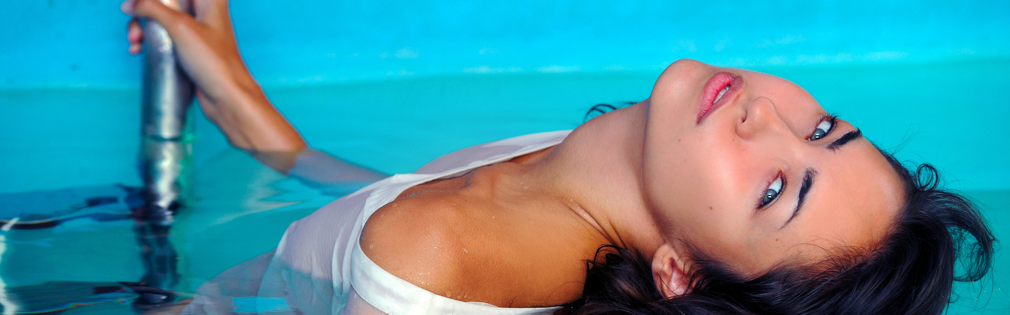Девушка в бассейне эротика