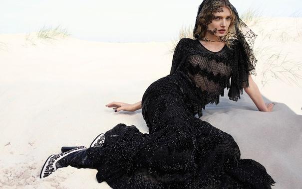Фото обои песок, пляж, модель, платье, блондинка, фотограф, туфли