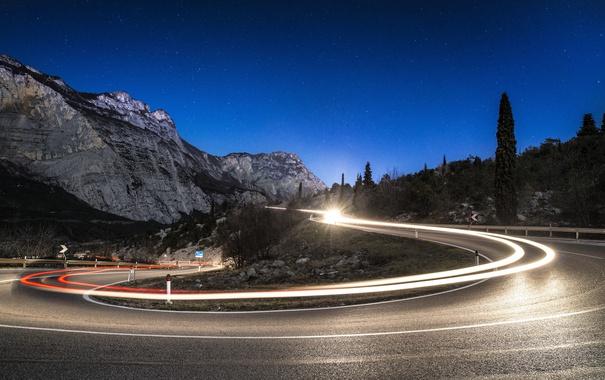 Фото обои дорога, небо, звезды, линии, горы, фары