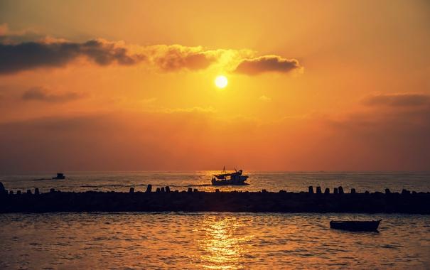 Фото обои море, облака, закат, лодки, оранжевое небо, пристань для яхт