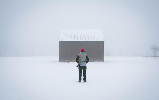 Фото обои зима, снег, назад, человек, капот, жилье, свитер