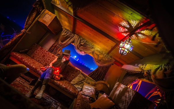 Фото обои девушка, диван, окно, арт, домик, США, Невада