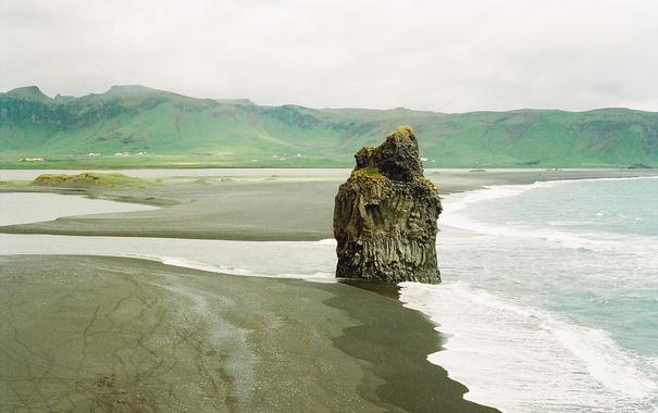 Фото обои волны, пляж, горы, река, скалы, деревня, дождливый