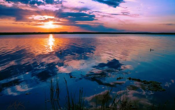 Фото обои закат, облака, Солнце, небо, восход, вода, водоем