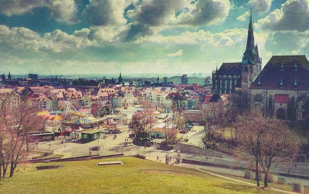 Фото обои небо, облака, парк, люди, холмы, крыши, церковь