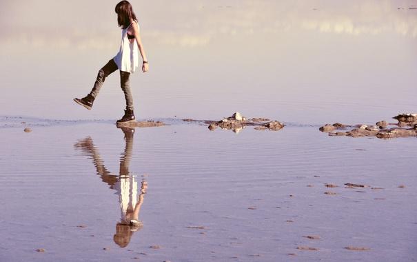 Фото обои море, девушка, отражение, камни