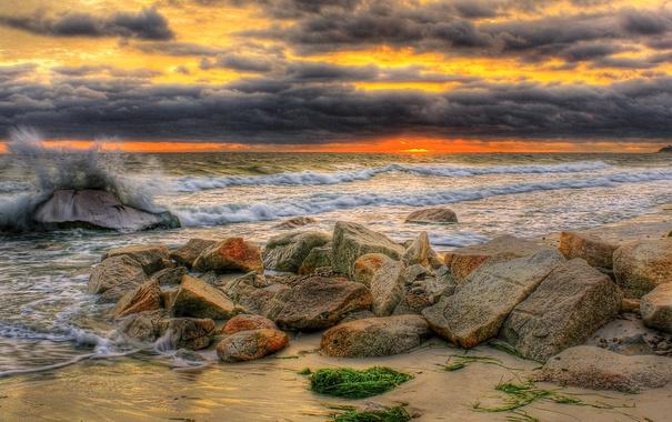 Фото обои море, волны, небо, тучи, камни, берег, зарево