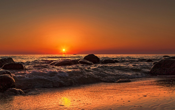 Фото обои море, волны, пляж, отражение, восход, зеркало, оранжевое небо