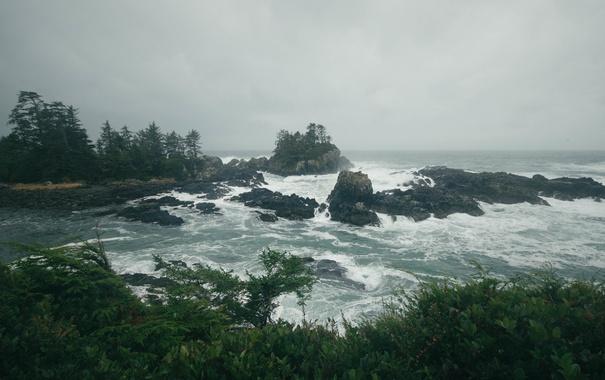 Фото обои волны, дождливая, скалы, пляж, море взволнованное