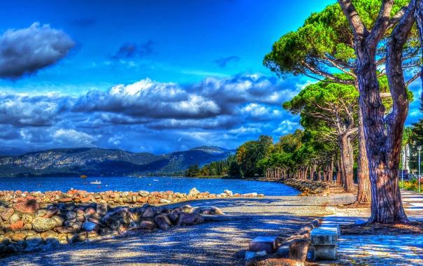Фото обои море, облака, деревья, горы, камни, побережье, HDR