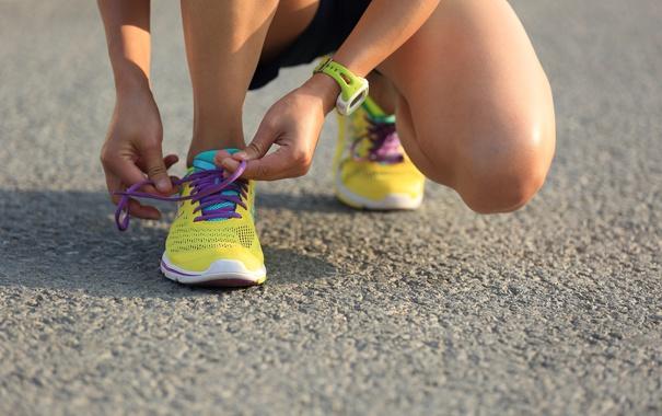 Фото обои woman, shoes, running, laces