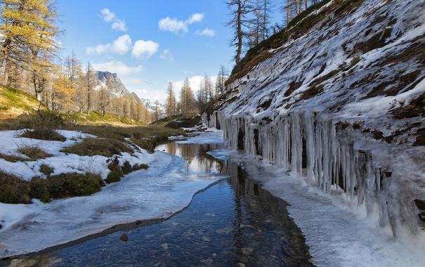 Фото обои лед, осень, небо, облака, деревья, горы, скала