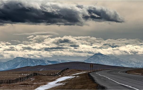 Фото обои дорога, поле, облака, горы, забор