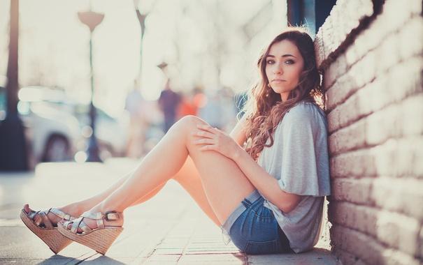 Фото обои Girl, Beautiful, Model, Maria, T-shirt, Sitting, Shorts