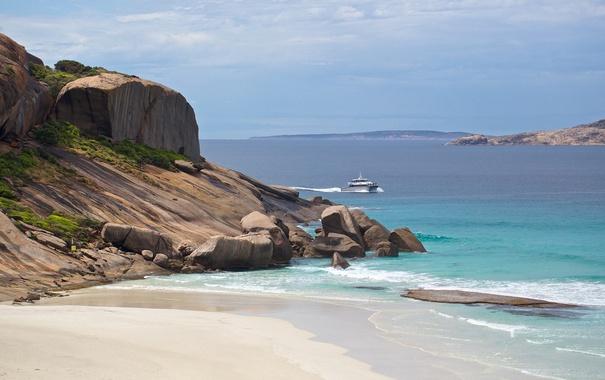Фото обои море, небо, камни, скалы, корабль, бухта, катер