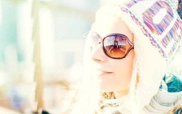 Фото обои девушка, лицо, улыбка, отражение, шапка, очки