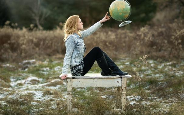 Фото обои девушка, стол, глобус