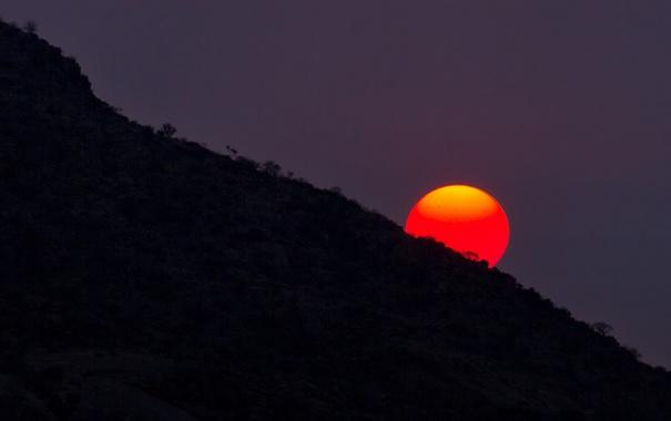 Фото обои солнце, закат, гора, склон