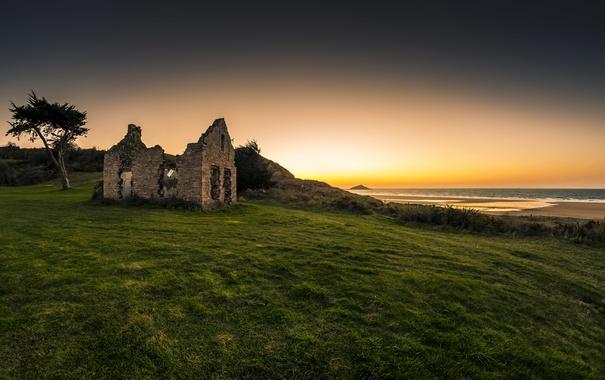 Фото обои море, пляж, небо, трава, дом, восход, разруха
