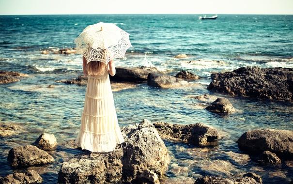 Фото обои море, девушка, камни, зонт, платье