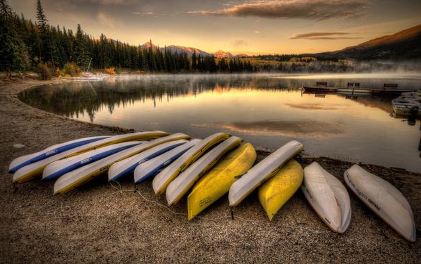 Фото обои лес, горы, озеро, берег, пристань, каное