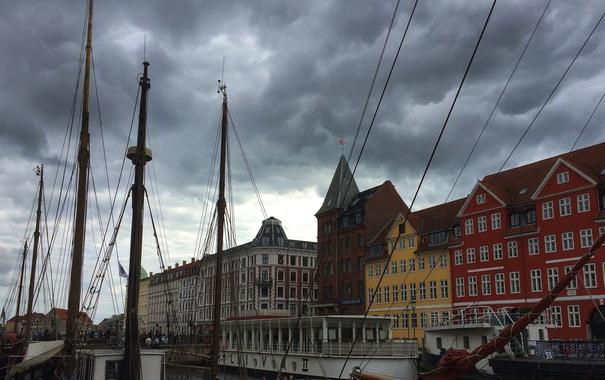 Фото обои небо, облака, корабль, дома, крыши, мачты, копенгаген
