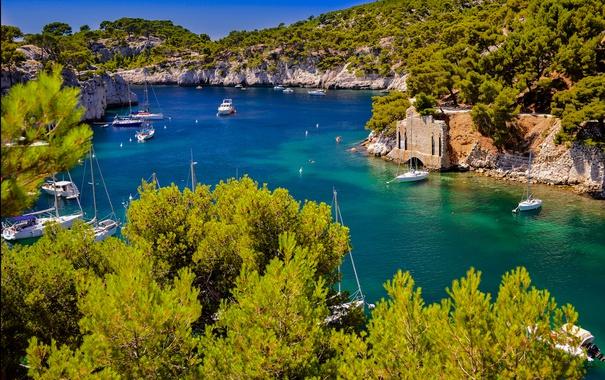 Фото обои бухта, скалы, деревья, Франция, яхта, лодка