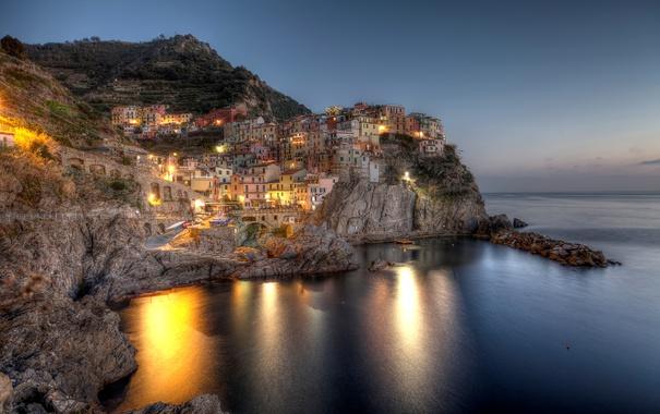 Фото обои море, ночь, огни, камни, скалы, побережье, дома