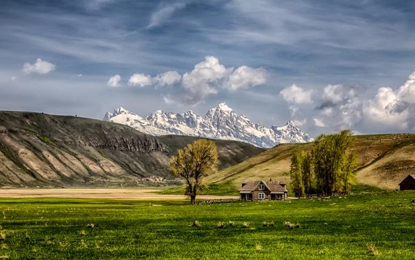 Фото обои поле, небо, облака, горы, природа, дом, ферма