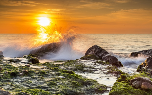 Фото обои море, небо, солнце, брызги, камни, рассвет, берег