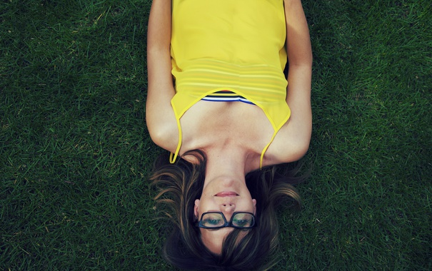 Фото обои трава, девушка, очки, лежит