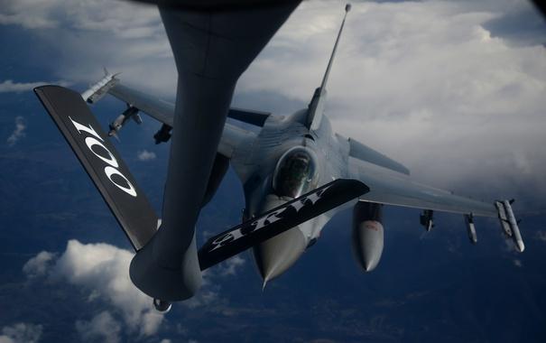 Фото обои истребитель, F-16, Fighting Falcon, многоцелевой, дозаправка