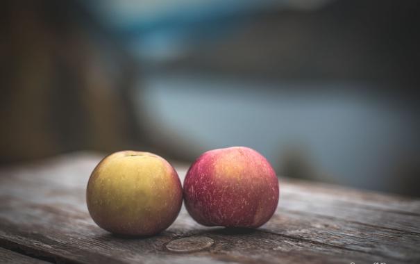 Фото обои два, доска, яблоки, фон, стол