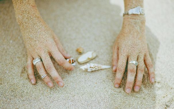 Фото обои песок, кольца, руки, ракушки