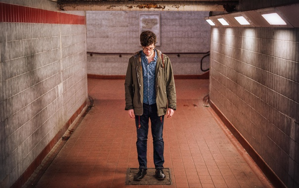 Фото обои свет, тень, мужчина, коридор метро