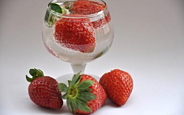 Фото обои вода, макро, ягоды, земляника, клубника, рюмка