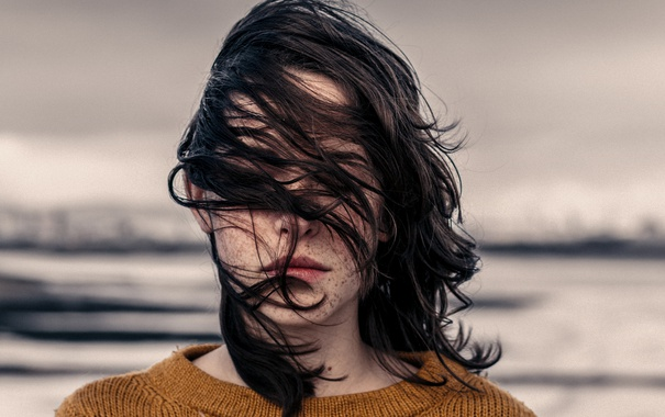 Фото обои девушка, ветер, волосы, губы, свитер
