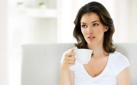 Картинка девушка, кофе, кружка, шатенка, кареглазая
