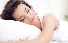 Картинка девушка, улыбка, сон, майка, подушка, шатенка, кудри