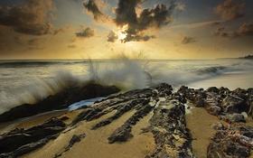 Картинка море, небо, облака, закат, брызги, камни, скалы