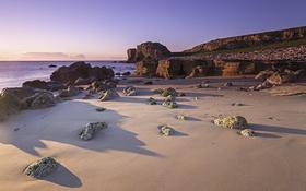 Обои пляж, небо, облака, восход, камни, скалы, тени