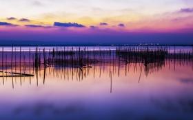 Обои облака, закат, озеро, отражение, столбы, зеркало, ажурные
