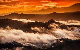 Обои закат, облака, силуэт, горы, оранжевое небо